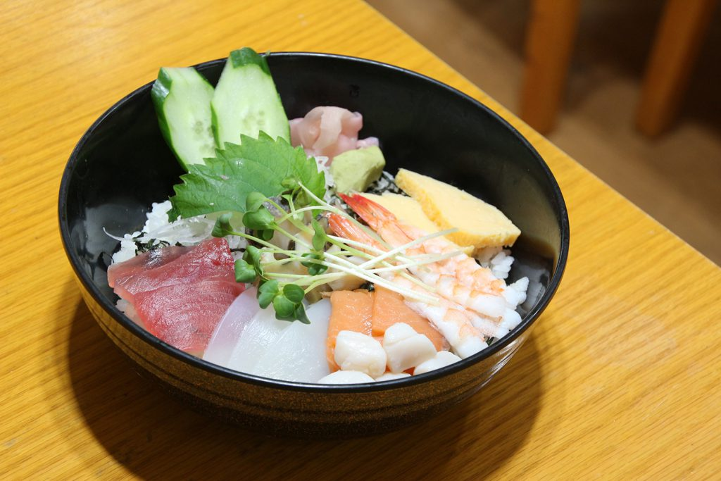We are known for our seafood dishes! We offer about 40 different Japanese, Western, and Ryukyu dishes! Uchina-Gohan-ya. Eito Shoku-do- Okinawan Dining. (Oyama, Ginowan City)