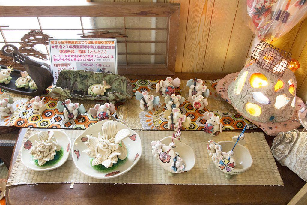以沖繩的歷史背景為主題,專門製作、販賣原創小豬及石獅的陶藝品。