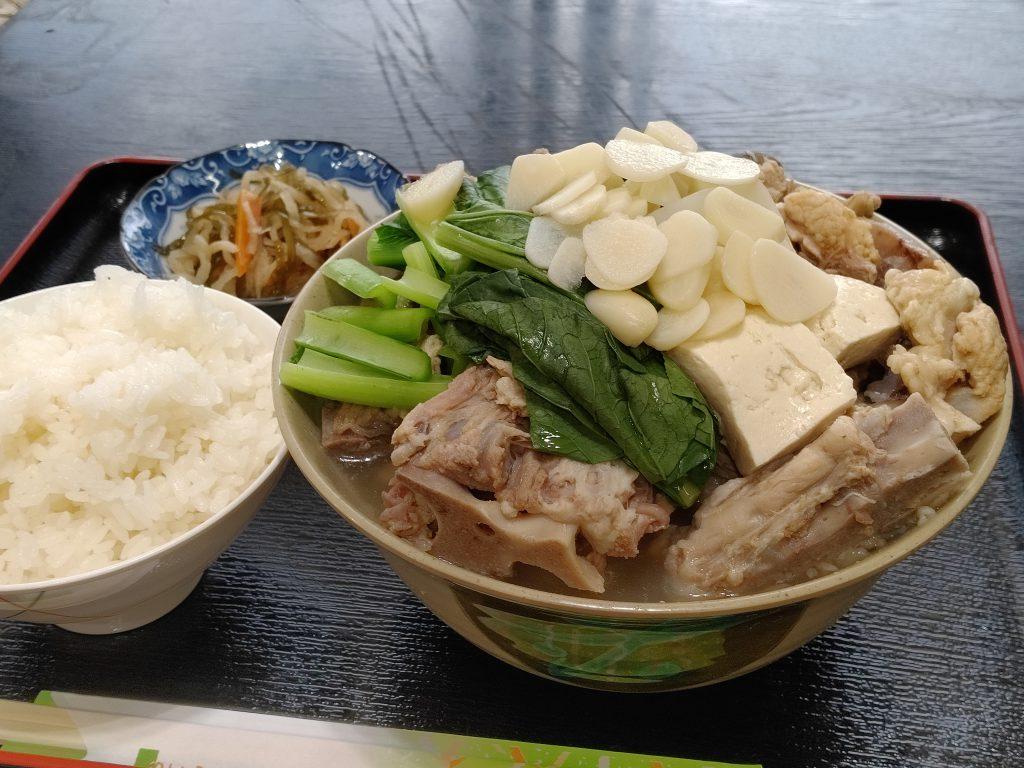 ボリューム満点!約40種類の和洋琉の定食うちな〜ごはん屋 えいと食堂(宜野湾市大山)
