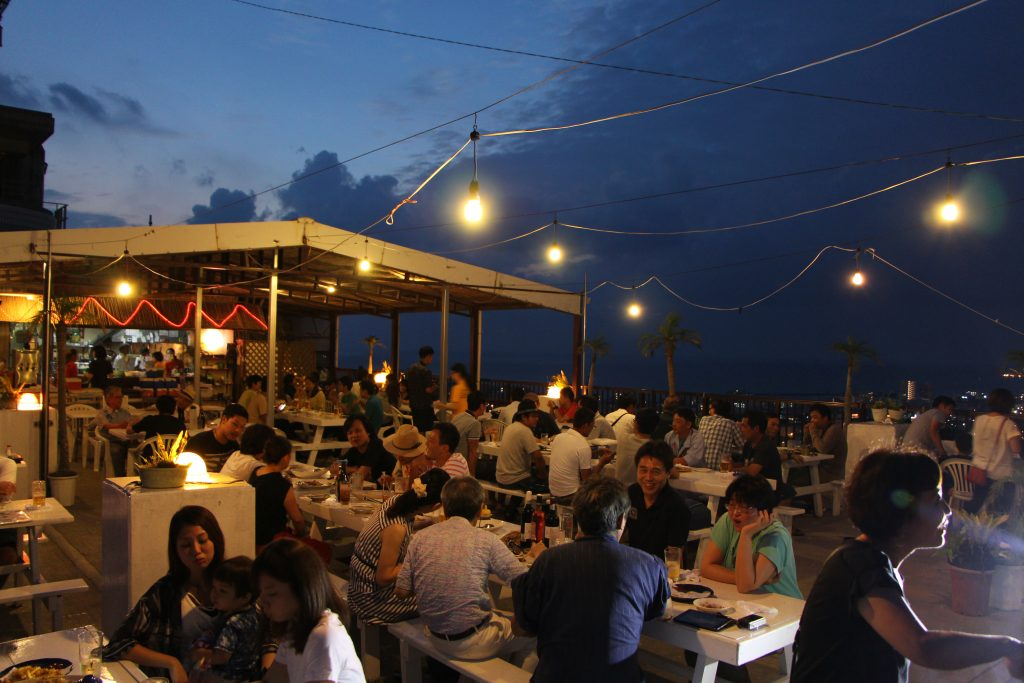 In summer, enjoy some drinks at a beer garden with a stunning view! Beer Garden B-SIDE (Kiyuna, Ginowan City)