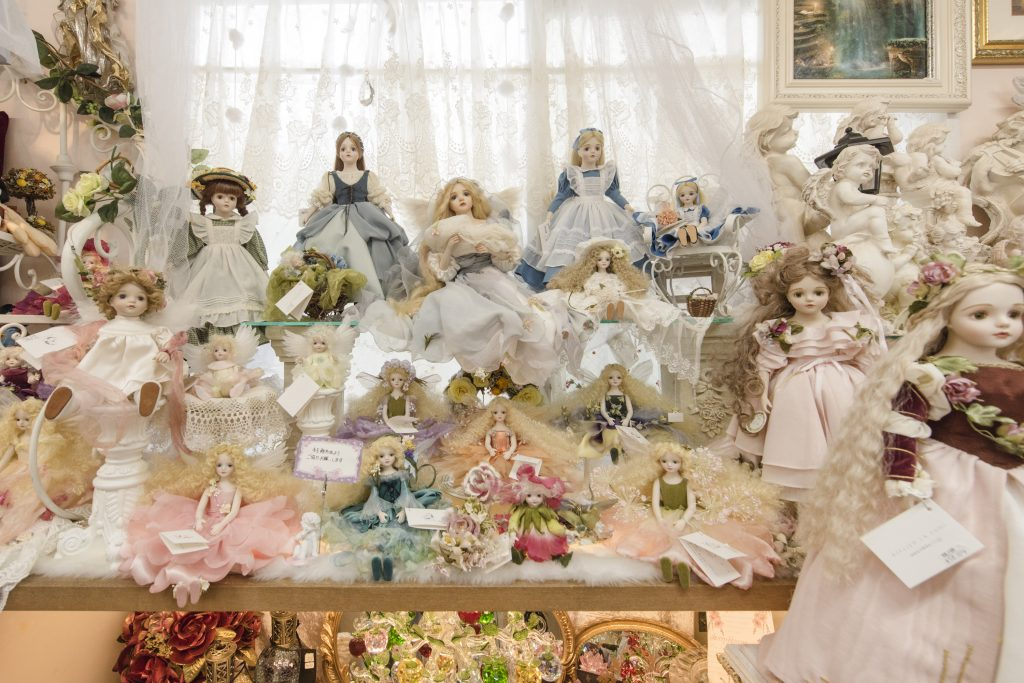 Collection of dolls, angels, accessories, and other items that make you feel happy Comfort (Isa, Ginowan City)