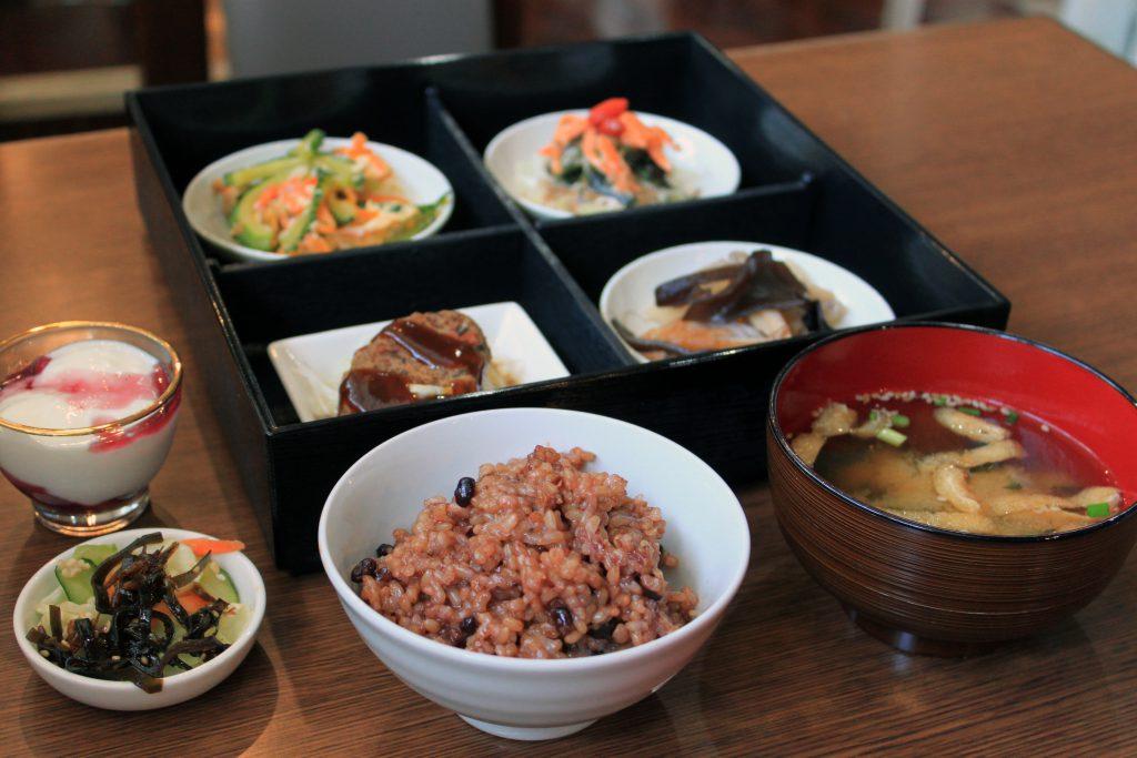 ヘルシーカフェで長岡式酵素玄米をいただこう! 3びきの子ぶた(宜野湾市大謝名)